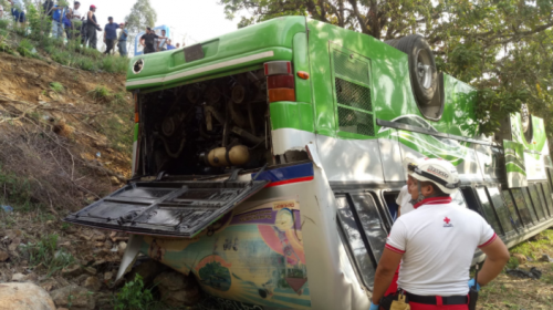 Autobús cae en barranco en la Ruta al Atlántico y se reportan heridos