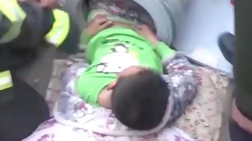 Un niño queda atorado en una lavadora tras aceptar un reto