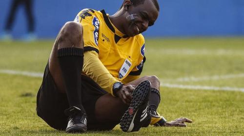 Árbitro sufre una escalofriante lesión en pleno partido