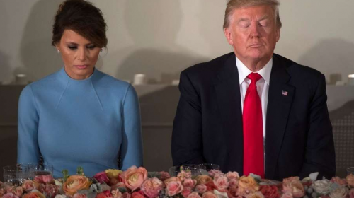 """¿Error o confesión? Melania Trump da """"like"""" a crítica contra su esposo"""