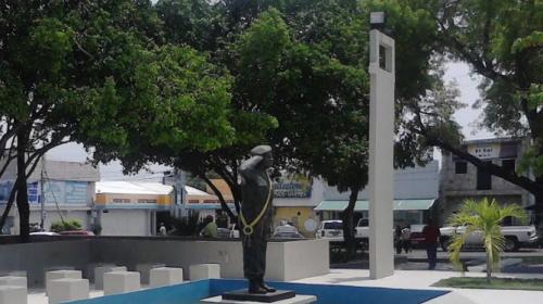 Derriban estatua de Hugo Chávez en Venezuela