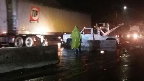 Caos en la cuesta de Villa Lobos: camión, carros chocados y lluvia