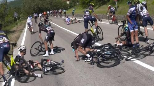 Un motorista produce un grave accidente en el ciclismo