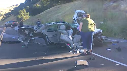 Mujer se accidenta, su carro se parte en dos, pero ella resulta ilesa