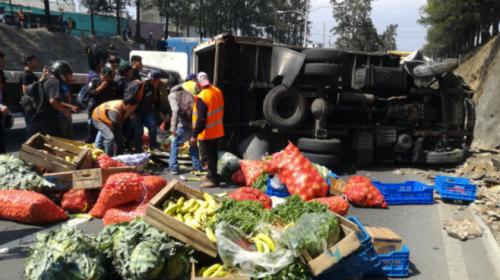 Camión con verduras vuelca en el Periférico