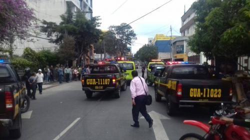 Hombre dispara al aire con fusiles de asalto y provoca caos en zona 9