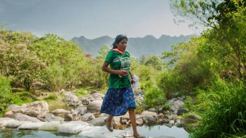 Mexicana gana ultramaratón con sandalias y sin ropa deportiva