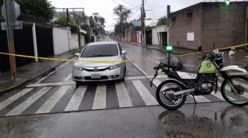 """Arrestan a """"sicario"""" que asesinó a una mujer y cierran calle en zona 9"""