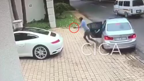 Hombre evita el robo de su Porsche con una rápida maniobra