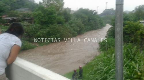 Bomberos buscan a niña que fue arrastrada por el río Platanitos