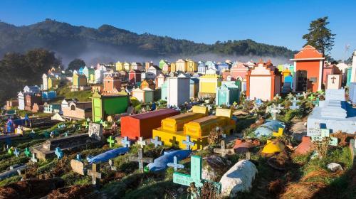 Nat Geo define al cementerio de Chichicastenango como el más colorido