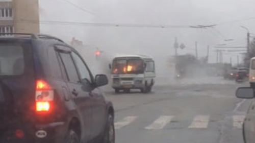 Un piloto conduce un autobús en llamas al estilo Chuck Norris