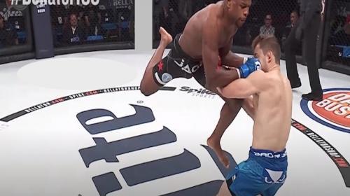 MMA: luchador debuta con un rápido nocaut tras un brutal rodillazo