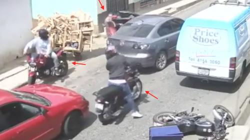 Cámaras captan a tres motoladrones asaltando en el tráfico