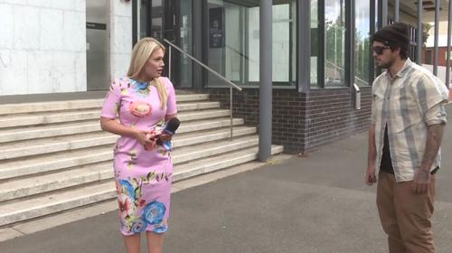 Hombre agrede a periodista australiana antes de transmisión en vivo