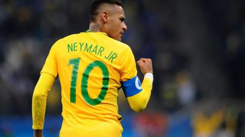 Neymar hizo todo, pero el portero le ganó el duelo y atajó el penal