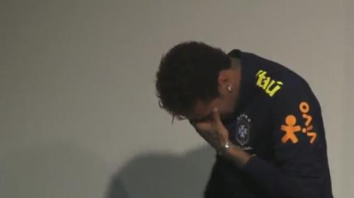 Neymar llora frente a la prensa mientras su técnico lo defiende
