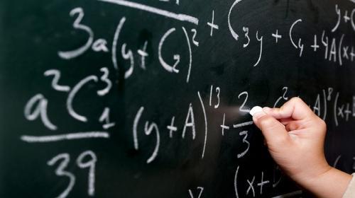 """Víctor Pop, el maestro que enseña matemática con una """"caja mágica"""""""