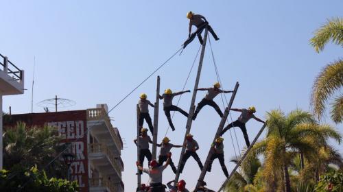 Exhibición acrobática de bomberos termina en un terrible accidente