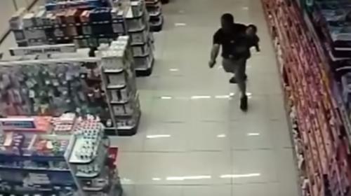 En su día libre y con su bebé en brazos, policía mata a dos ladrones