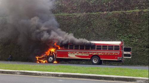 Video: pasajeros logran escapar de un bus en llamas