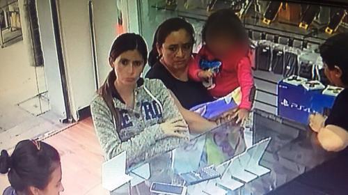 Mujer se roba consola de videojuegos y la esconde en frazada infantil
