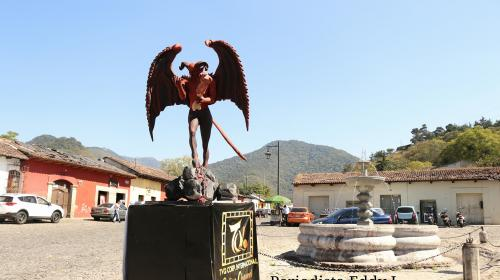 """Colocan al tradicional """"diablo"""" en la salida de la Antigua Guatemala"""