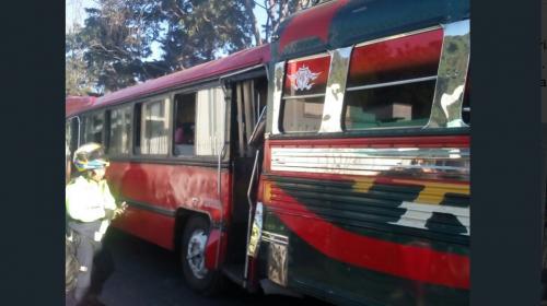 Fuerte accidente de buses deja a diez personas heridas