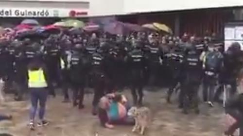La policía golpea a un adulto mayor y a su perro durante votaciones