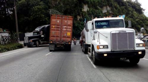 Un tráiler bloquea dos carriles en la cuesta de Villa Lobos