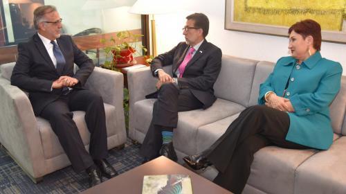 Embajador de EE.UU. se reúne con Fiscal General y Comisionado