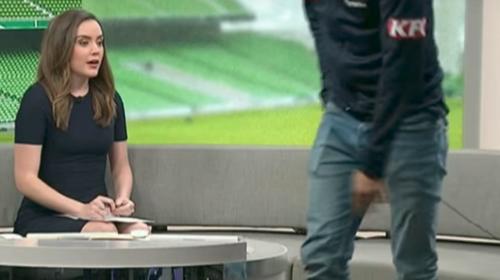 Futbolista deja una entrevista en vivo y presentadora salva el día