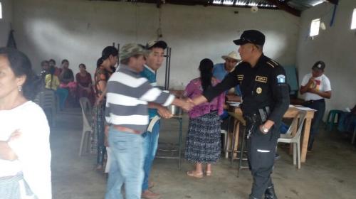 PNC auxilia a familias afectadas por desbordamiento del río Cahabón