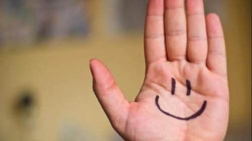 ¿La sensación de felicidad cambia con la edad? Esta es la curva