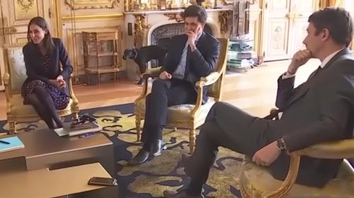"""Perrito del presidente de Francia hace una """"gracia"""" en reunión oficial"""