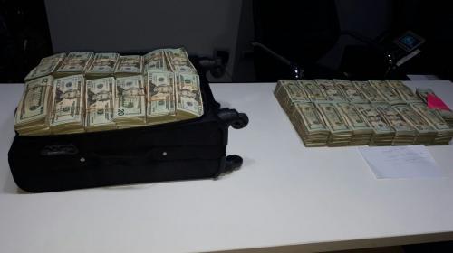 Arrestados en Dubai Center tenían $500 mil en maletas de viaje