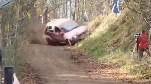 """Dramático accidente casi provoca una tragedia durante un """"rally"""""""