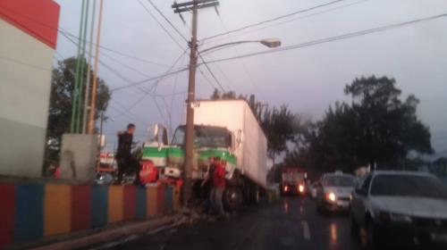 Conductor ebrio empotra su camión en la calzada San Juan