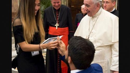 Le pide matrimonio a su novia frente al Papa Francisco