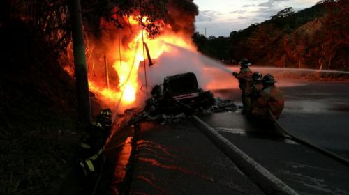Impresionante incendio de una pipa de gasolina en la Ruta Nacional 14