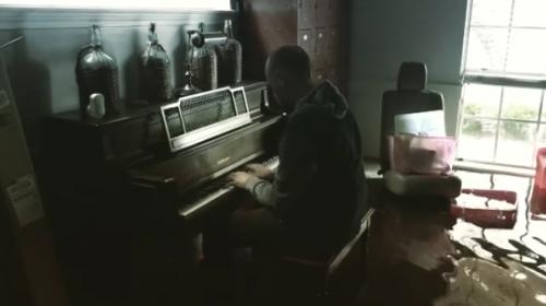Afectado por Harvey toca el piano en su casa inundada