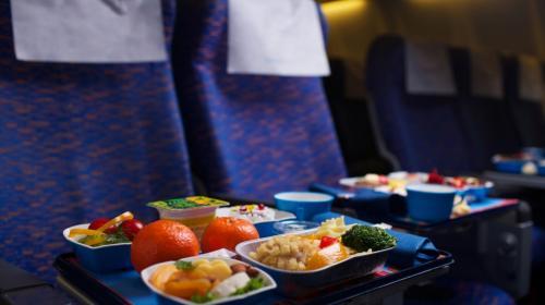 ¿Por qué no deberías comer en los aviones? Aquí algunos consejos