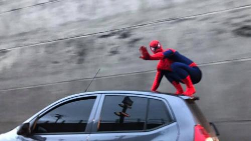 """Graban a intrépido """"Hombre Araña"""" en carretera a El Salvador"""