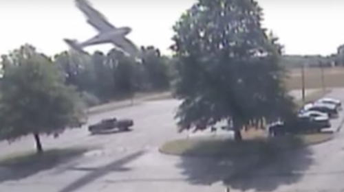 Aterrador momento en que un piloto estrella su avión contra un árbol