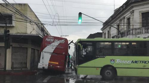 Transmetro y bus tipo pulman chocaron en zona 1