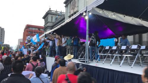 Tensión frente al Palacio: manifestantes rompen cerco de seguridad
