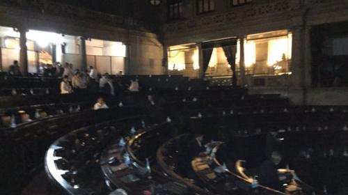 Esto sucede dentro del Congreso mientras continúan las manifestaciones