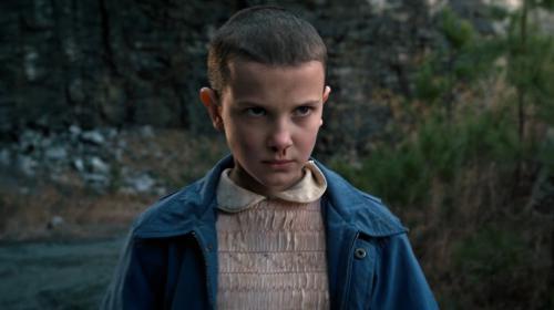 """¡Irreconocible! Así desfiló """"Eleven"""", la estrella de """"Stranger Things"""""""