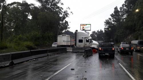 Accidente de un tráiler complica el tránsito hacia Villa Nueva