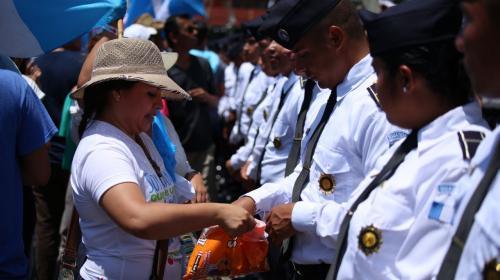 Manifestantes comparten dulces con elementos de la PNC